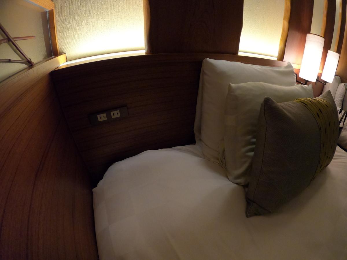 やまぐち湯田温泉古稀庵 「麒麟草」の部屋  ベッド横にコンセント/AC電源完備