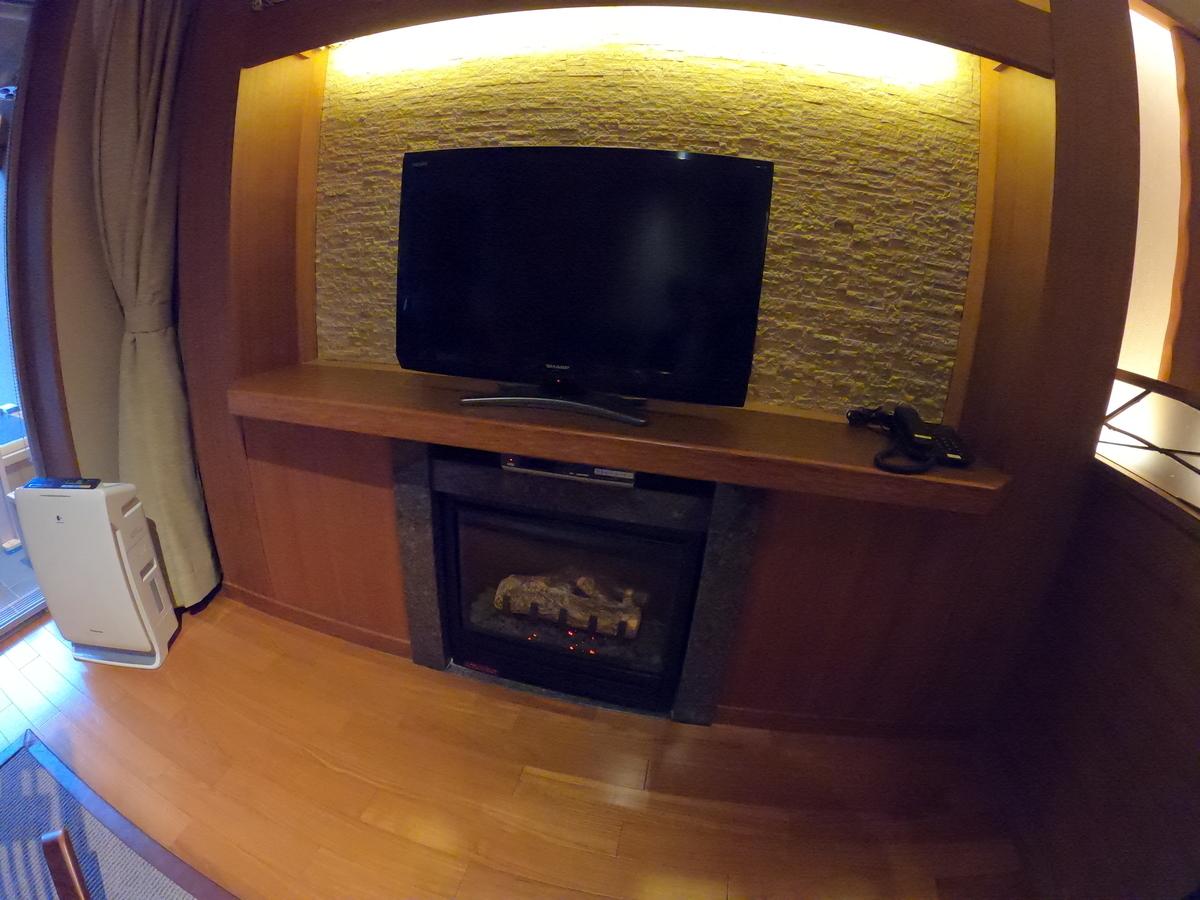 やまぐち湯田温泉古稀庵 「麒麟草」お部屋のリビングルームにあるテレビの下にあるリモコン式の暖炉