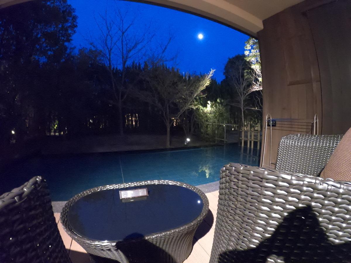 やまぐち湯田温泉古稀庵 「麒麟草」お部屋の露天風呂のバルコニーは夜の月が綺麗