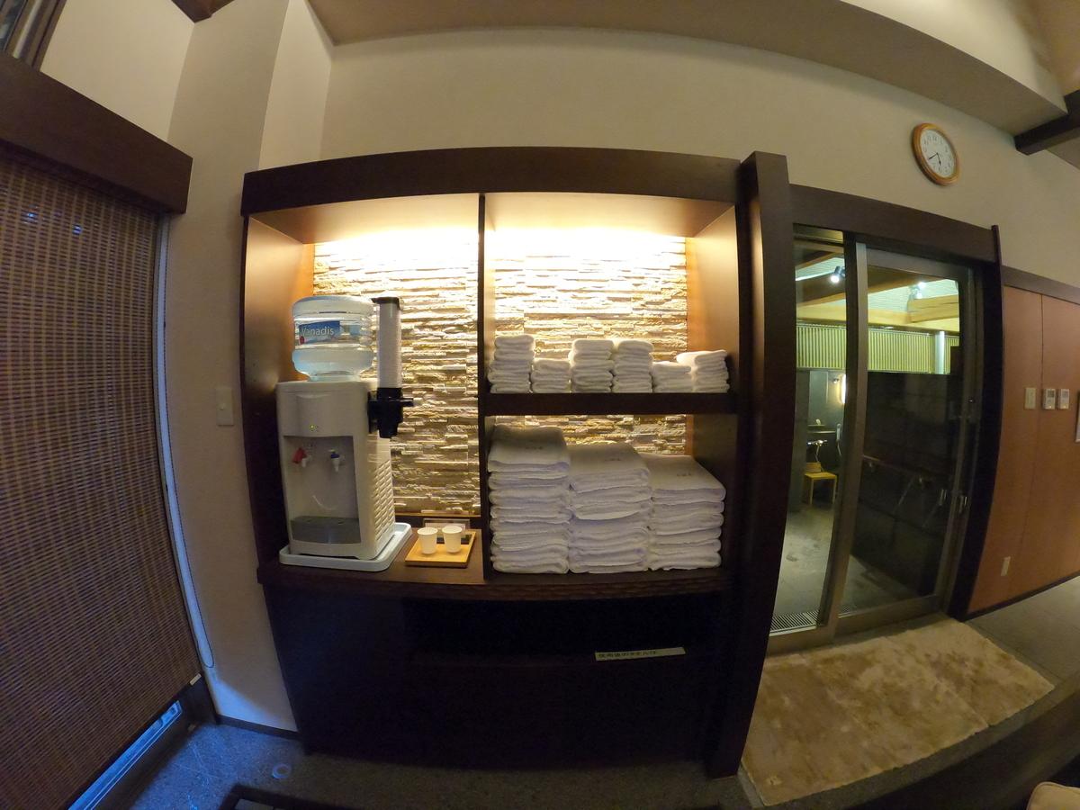 やまぐち湯田温泉古稀庵 大浴場内はタオルや給水器が完備