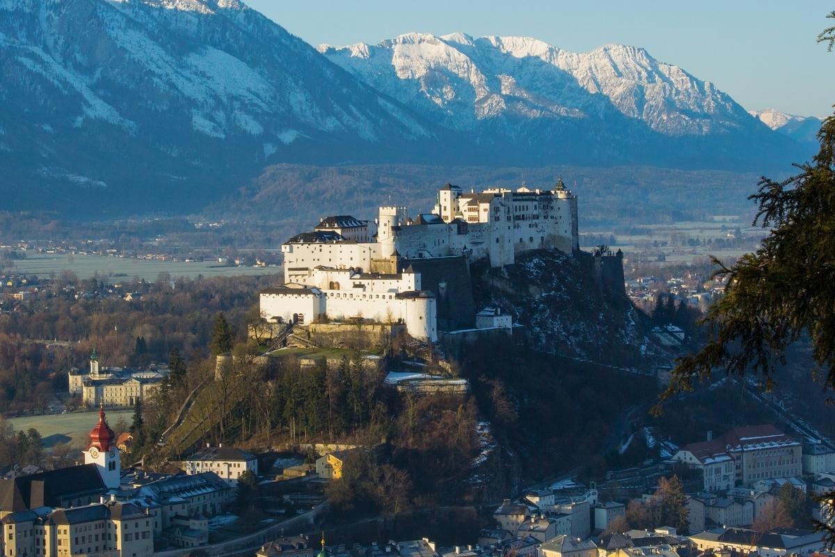 【世界遺産検定1級 試験対策】《オーストリア》: 7つの世界遺産の写真&ポイントまとめ ザルツブルグの歴史地区 メンヒスベルクの丘に建つホーエンザルツブルク城