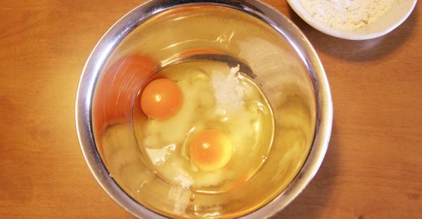 砂糖と卵の写真