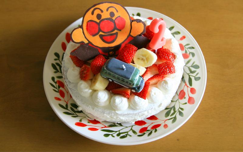 アンパンマンのチョコがのったケーキの写真