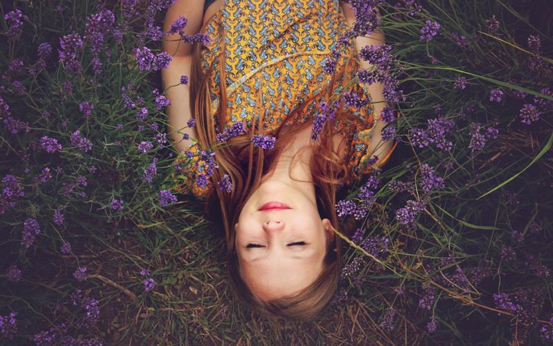 寝て笑う女性の写真
