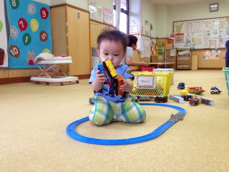 玩具で遊ぶ幼児