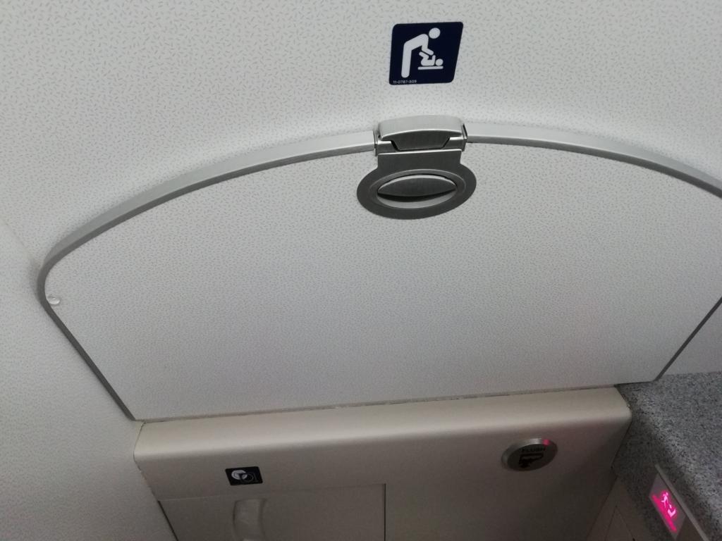 機内トイレのおむつ交換台(クローズ時)