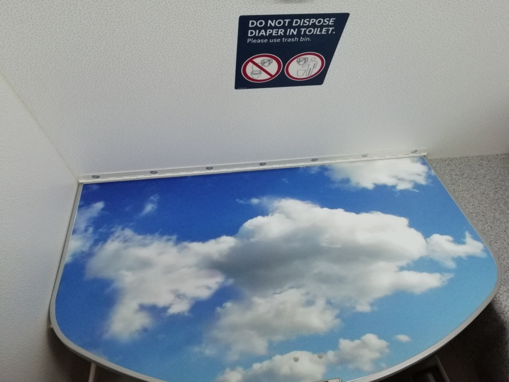 機内トイレのおむつ交換台(オープン時)