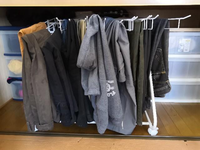 スラックスハンガーに収納したズボン
