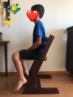 座板入れ替え後のトリップトラップに座る息子