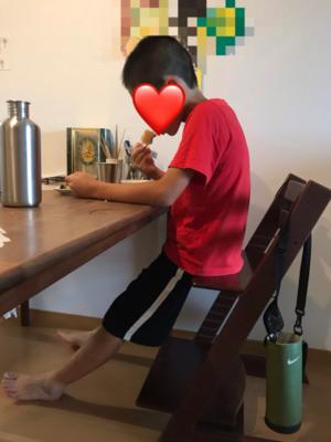 トリップトラップに座る姿勢の悪い息子