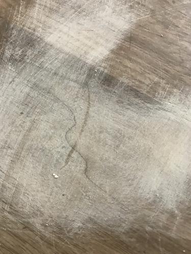 無垢材テーブルのマジック跡を粗めのヤスリで削る