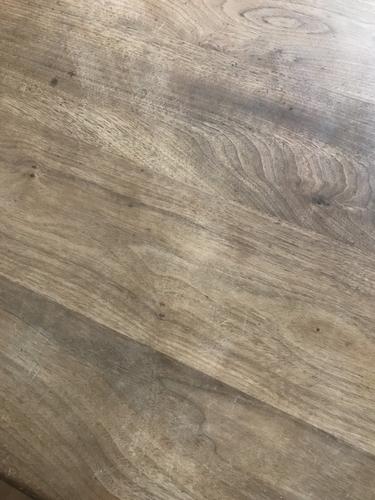 無垢材テーブルを粗めのヤスリで削った後、細めのヤスリで削る