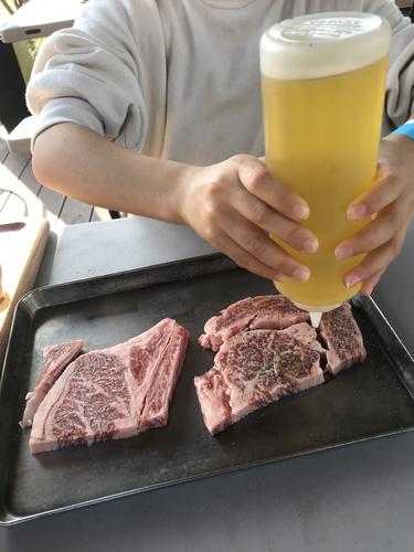 牛肉にオリーブオイルを馴染ませる