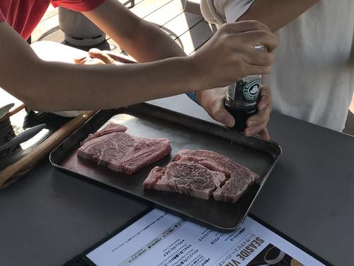 牛肉に胡椒をまぶす