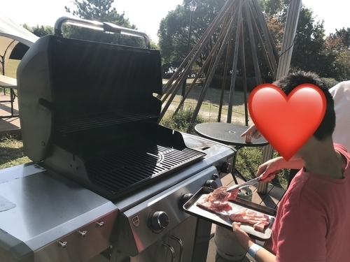Weberグリルで肉を焼く息子2