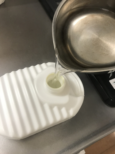 Sori Yanagiの片手鍋は湯たんぽにお湯を注ぐのに最適