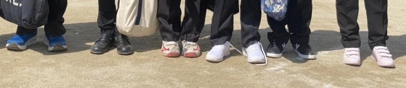 小学校卒業式 スーツの足元はスニーカ