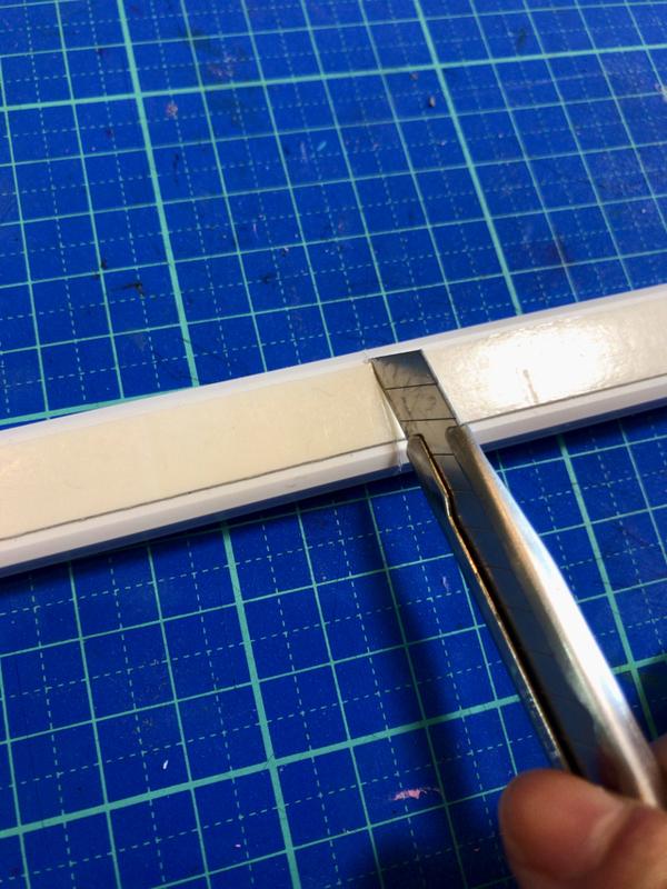 カッターで配線カバーを切る