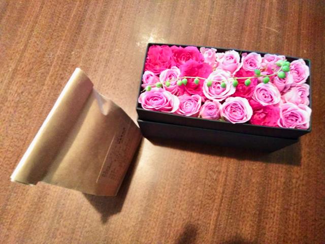 母の誕生日にコーヒー付きのボックスフラワーを贈る