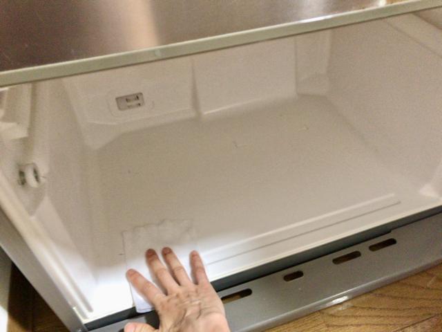 冷蔵庫の内壁も拭き上げる
