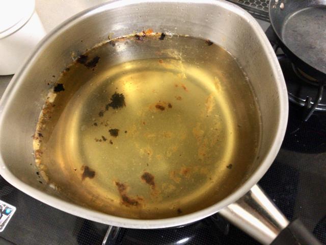 鍋の焦げつきは酸素系漂白剤で落とす