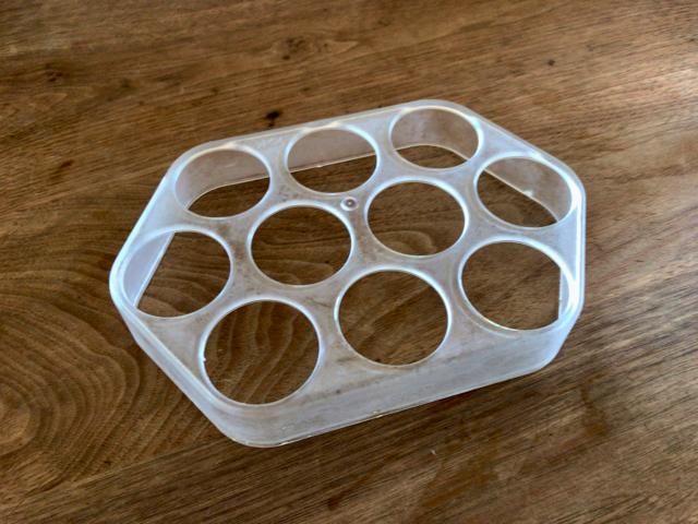 冷蔵庫の卵ケースを捨てる