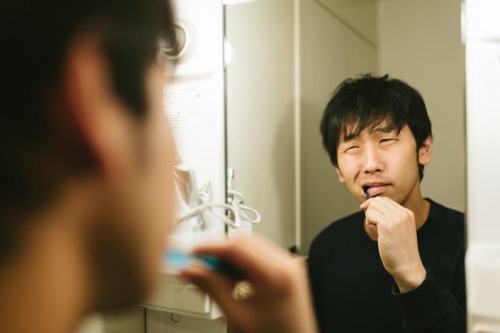 歯磨きでえずく男性