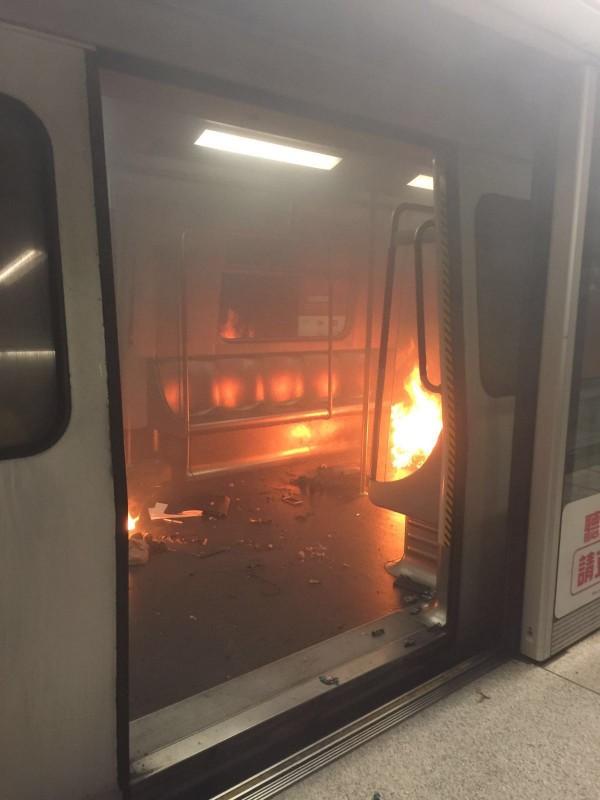 香港の地下鉄で爆発炎上事故、17人負傷