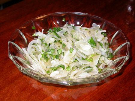 オクラの葉とタマネギサラダ