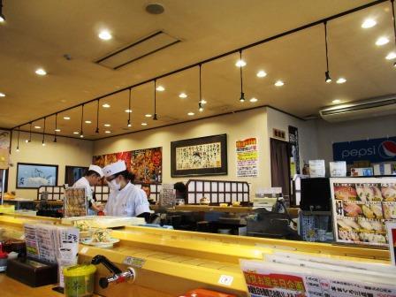 鮨覚城東店の明るく広い店内