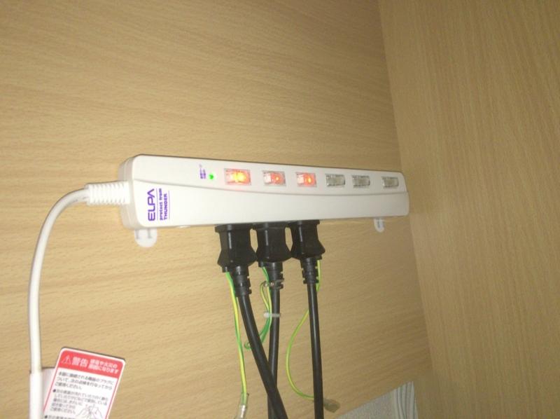 電源タップを壁や机に固定する方法