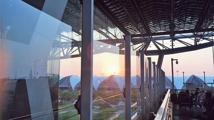 夕暮れ時のスワンナプーム空港