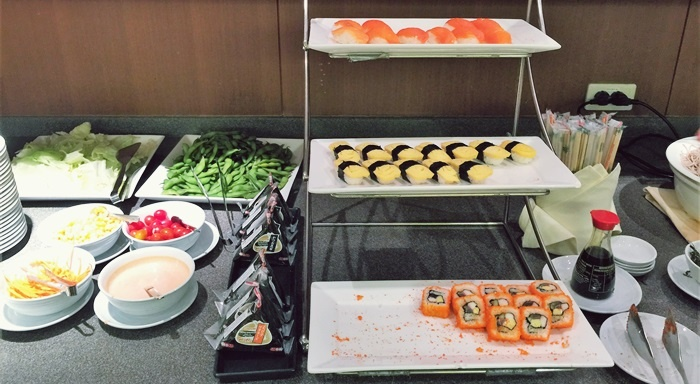 サラダ、おにぎり、寿司