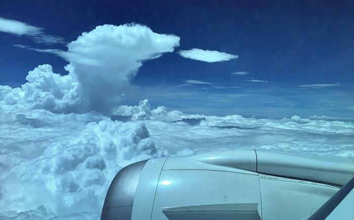 帰国便で見た巨大な雲