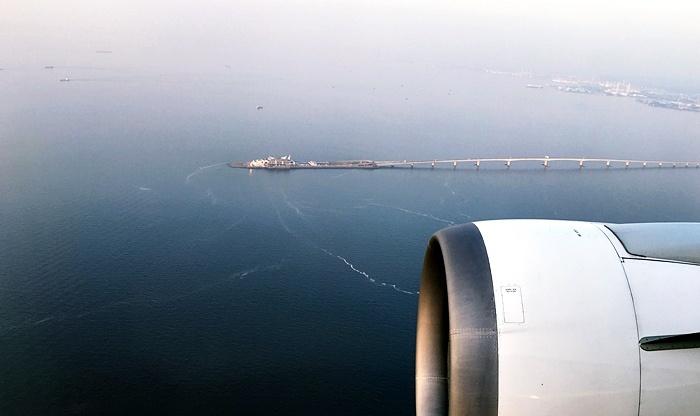 伊丹-羽田の機内から見たアクアライン