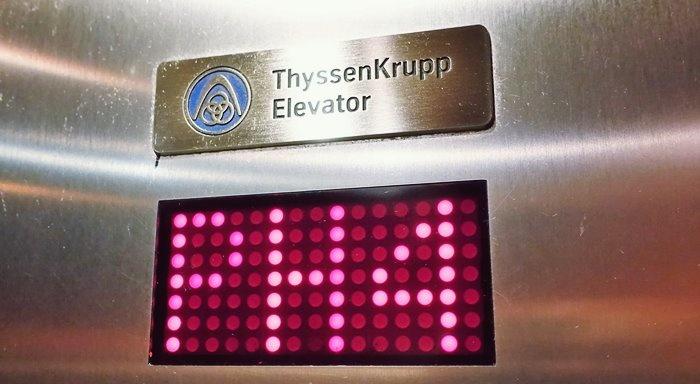 エレベーターに表示されたPH4(Pent House 4)の文字