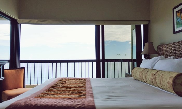 マスターベッドルームは海に面している