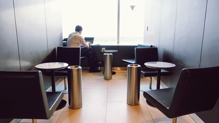椅子が置かれてある喫煙ルーム