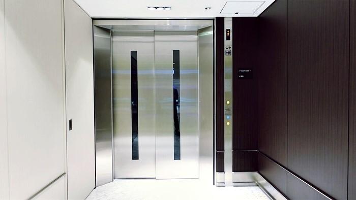 搭乗口へと向かうエレベーター