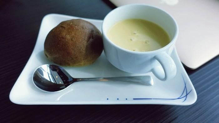 羽田空港ANA SUITE LOUNGEのパンとスープ