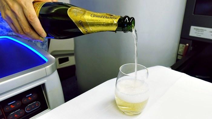 機内食の一杯目にシャンパン