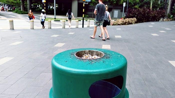 シンガポールの街中の至る所に置いてある灰皿