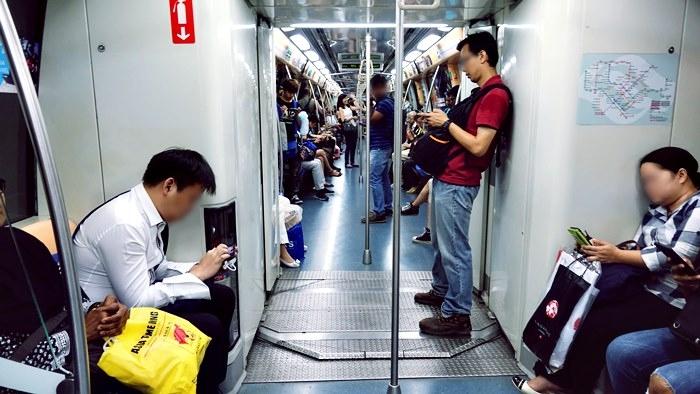 シンガポールMRT車内