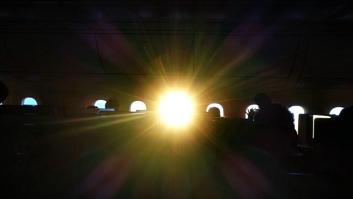 機内に射し込む初日の出の朝日