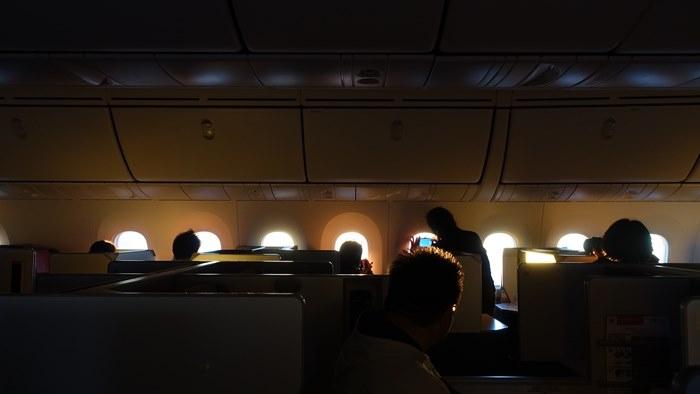 初日の出の光が機内に射し込む