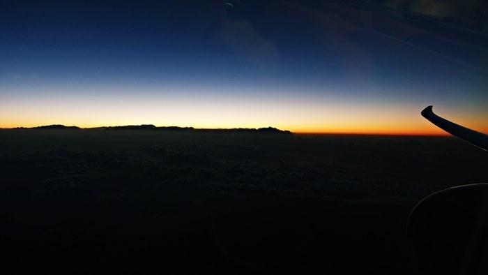 うっすらと明るくなってきた雲海
