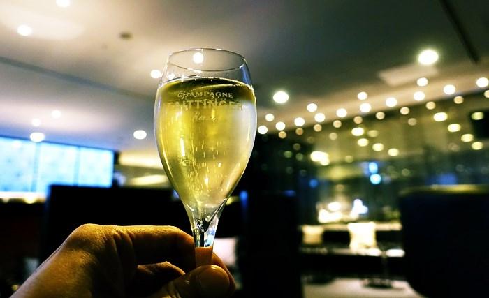 ANA SUITE LOUNGEででシャンパン