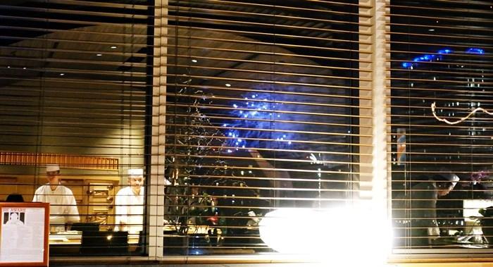 窓から花火が見えた