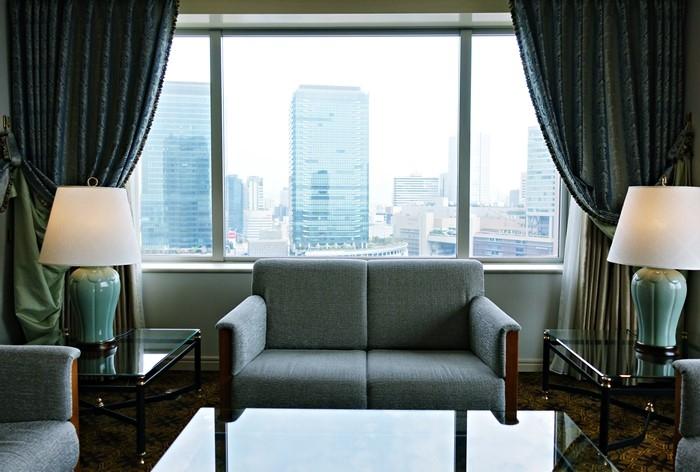 リビングのソファと大きな窓