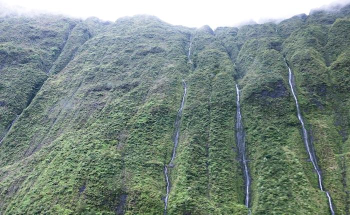 崖に囲まれた大穴のような場所